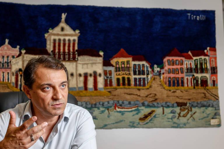 O governador de Santa Catarina, Carlos Moisés da Silva (PSL), em entrevista; ao fundo, quadro