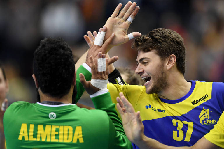 Brasileiros comemoram a vitória sobre a Coreia no Mundial de Handebol