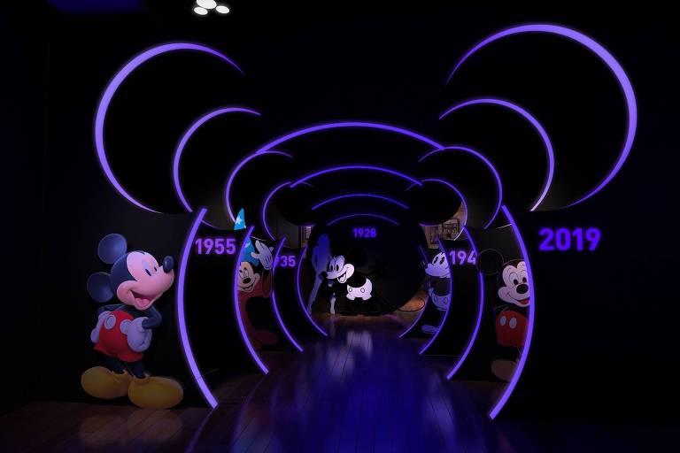 Cenário com vários Mickeys