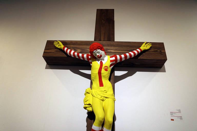 Escultura do mascote do McDonald´s crucificado como Jesus Cristo no Museu de Haifa
