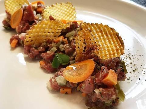 Tartare de carne e batata de waffle que é servido no Fabbrica