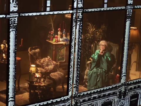A atriz Nathalia Timberg como Iris Apfel na peça Através da Iris