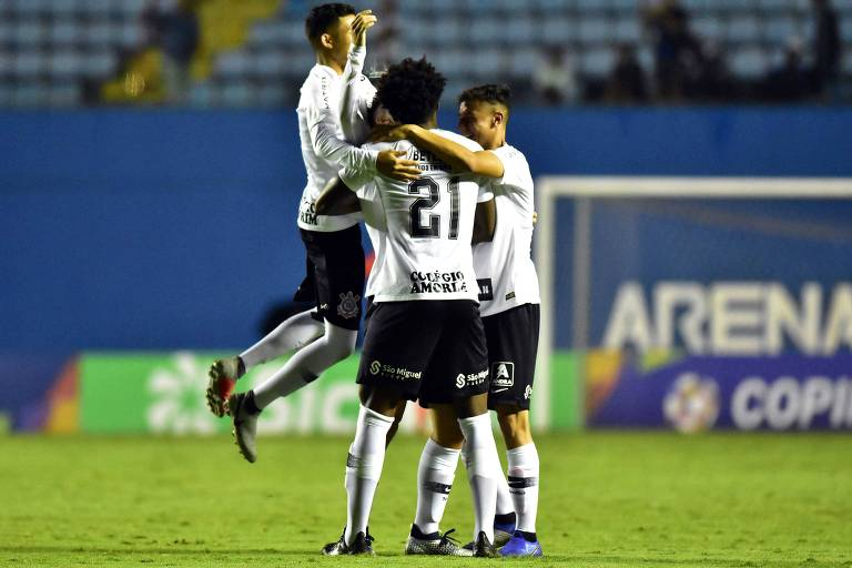 Rafinha, do Corinthians, comemora seu gol  na partida contra o Visão Celeste, pelas oitavas de final da Copa São Paulo