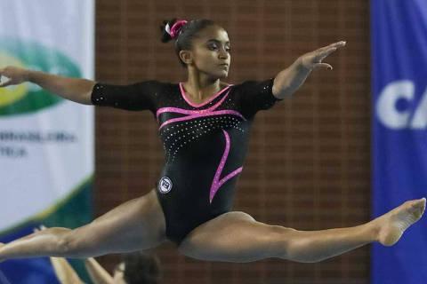A ginástica brasileira está de luto. Morreu nesta quarta-feira (16) a atleta Jackelyne Silva, de 17 anos, revelação da ginástica artística do país. Ela pertencia ao clube Pinheiros e chegou a passar pela base da seleção brasileira.Credito CBG