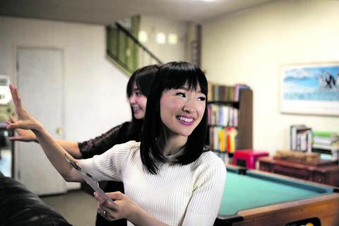 A expert japonesa Marie Kondo ensina americanos a se desfazerem de tralhas