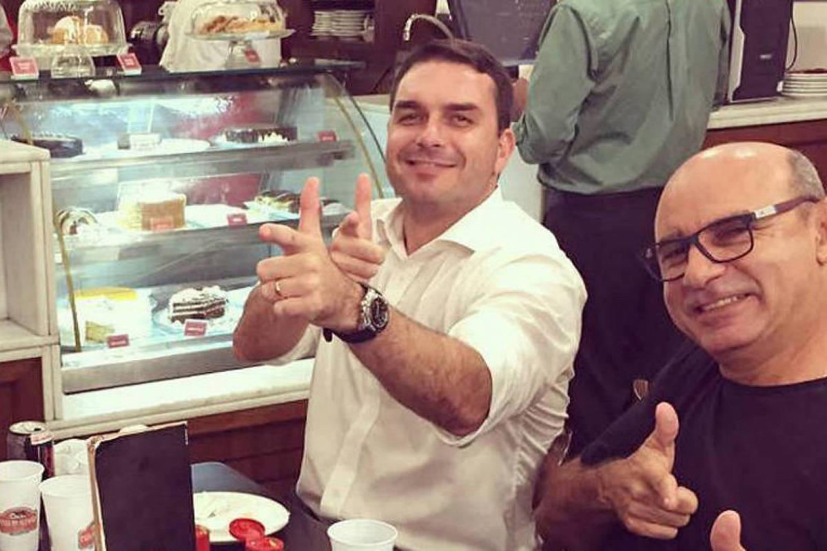 Em foto publicada no Instagram, o senador eleito Flavio Bolsonaro posa com Fabricio Queiroz, ex-assessor parlamentar cuja movimentação financeira despertou suspeitas das autoridades. Ambos estão com os dedos das mãos como se fosse uma arma
