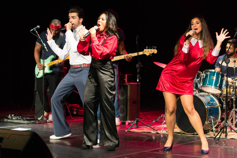 Banda Turma do Iê Iê Iê se apresenta ao vivo com três vocalistas: da esquerda para a direita, Matteus Brunetti, Samantha Apolinário e Victoria Kühl