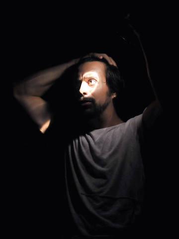 O ator, dramaturgo e diretor Vinícius Piedade na peça