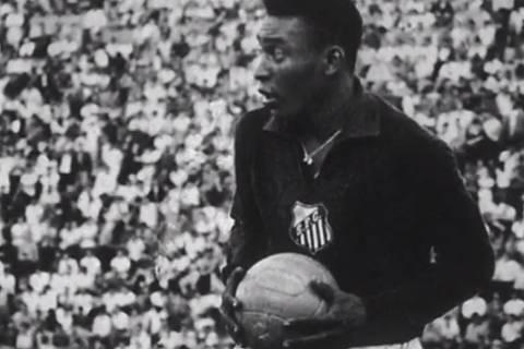 *** LELEE***  SAO PAULO , SP , 19 .01.1964, Santos X Gremio pela Taça Brasil referente ao ano de 1963 na foto  Pelé no gol  no Pacaembu Credito / Museu do Futebol