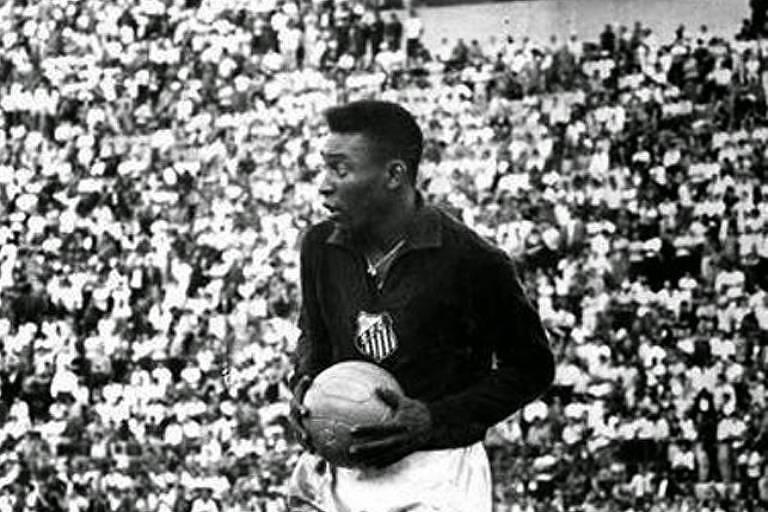 Pelé segurando a bola na semifinal da Taça Brasil de 1963, disputada em janeiro de 1964, no Pacaembu