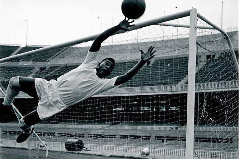 Imagens de Pelé jogando como goleiro