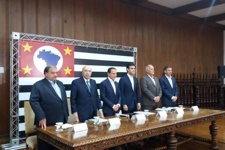O governador João Doria (ao centro) com secretários de estado em entrevista à imprensa