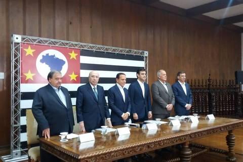 O governador João Doria (ao centro) com secretários de estado em entrevista à imprensa. O governador João Doria (ao centro) com secretários de estado em entrevista à imprensa