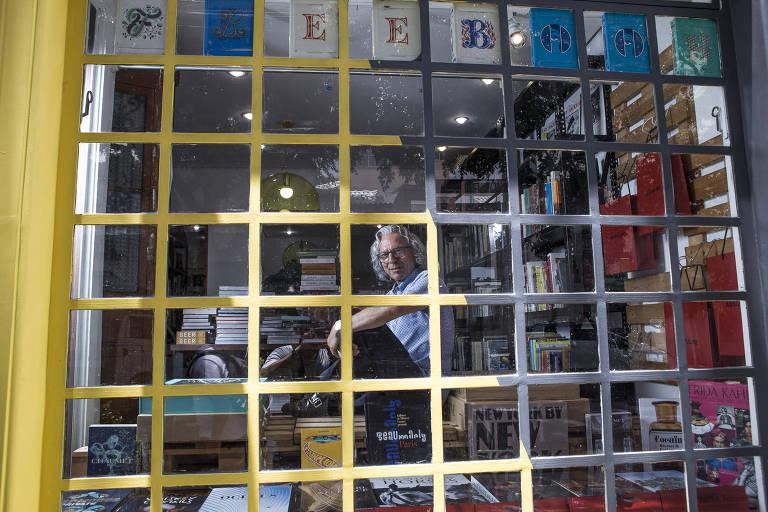 Homem atrás de vidro quadriculado