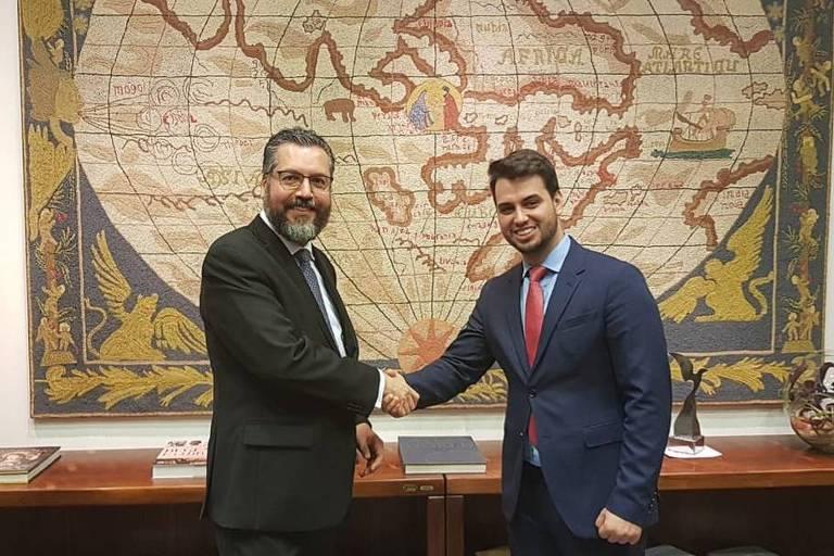 O chanceler Ernesto Araújo, à esq., com o assessor internacional da Presidência, Filipe Martins