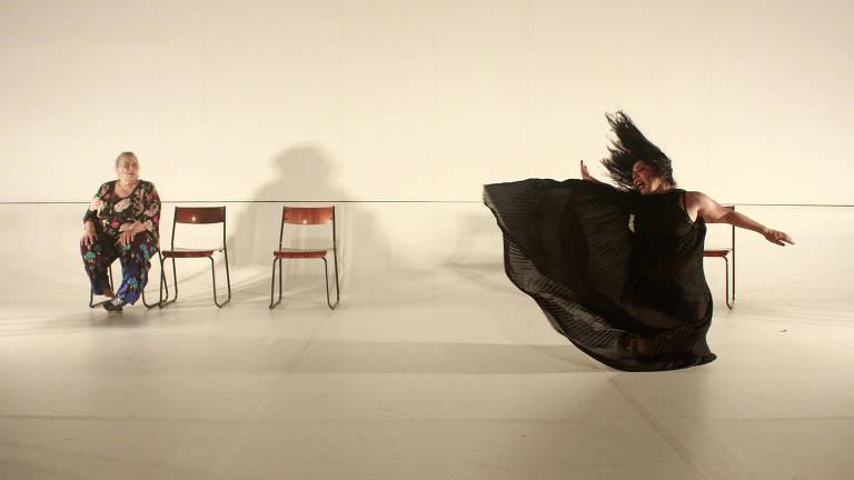 mulher sentada vê mulher caindo