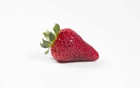 SÃO PAULO, SP, BRASIL, 01.01.2015, 16h20 -  Morango para ilustrar matéria sobre frutas, legumes e a verduras sem nenhum controle rígido dos níveis de agrotóxicos, por falta de fiscalização dos órgão competentes. (Foto: Fábio Braga/Folhapress)