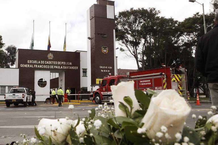 Flores em frente à academia de polícia onde um atentado matou 21 pessoas em Bogotá