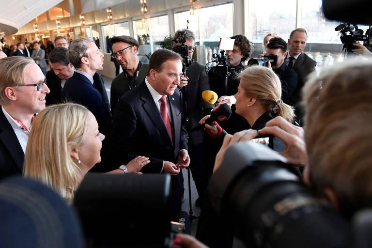 O líder social-democrata Stefan Löfven fala com jornalistas no Parlamento após ser reeleito como premiê