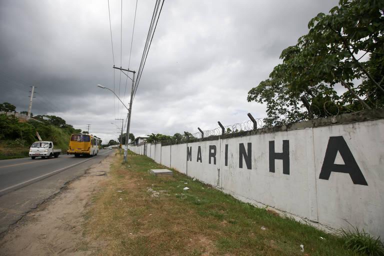 Muro da Marinha próximo a área do Quilombo Rio dos Macacos. A comunidade, na Grande Salvador, enfrenta um conflito com a Marinha há cinco décadas e teme o novo governo de Bolsonaro