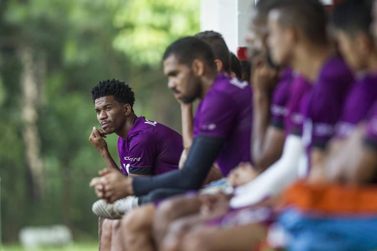 Jogadores da Portuguesa no banco de reservas durante treino antes do início do Campeonato Paulista da Série A2