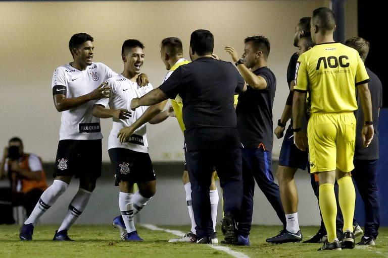 Jogadores do Corinthians comemoram gol de Fabrício Oya na Arena Barueri