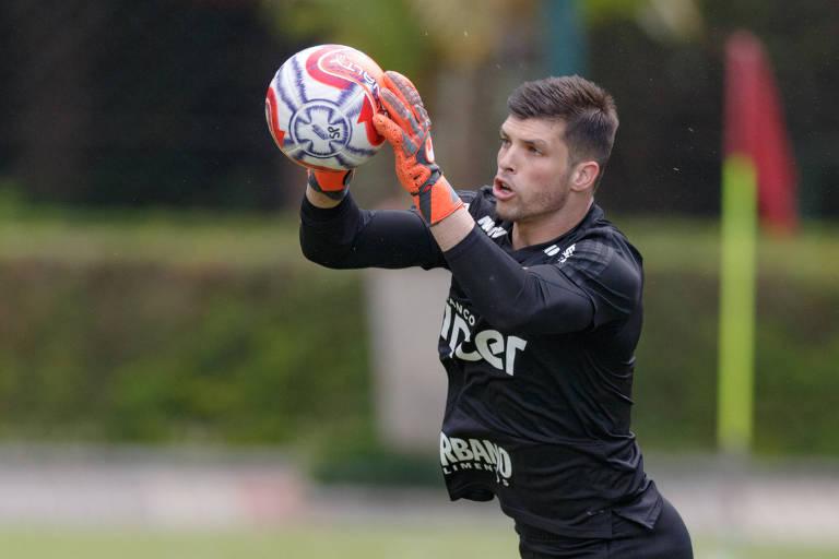 O goleiro Tiago Volpi faz defesa durante treino do São Paulo