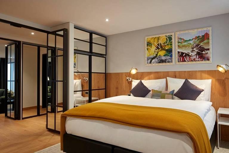 cama luxuosa em suíte de hotel igualmente luxuosa