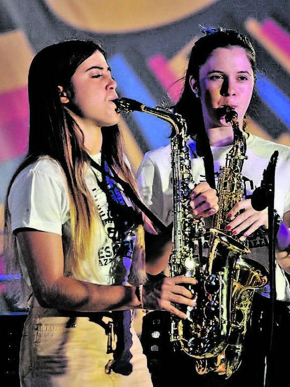 Musicistas se apresentam no festival Jazz a la Calle, em Mercedes, no Uruguai