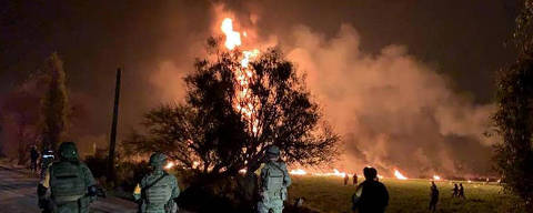 (190118) -- HIDALGO, enero 18, 2019 (Xinhua) -- Imagen cedida por el Periódico Síntesis Digital tomada con un dispositivo móvil de elementos del ejército reaccionando en el sitio de una explosión, en el municipio de Tlahuelipan, estado de Hidalgo, México, el 18 de enero de 2019. Al menos 20 personas murieron y otras 54 resultaron heridas tras registrarse este viernes una explosión en una toma clandestina abierta en un ducto de hidrocarburos en el central estado de Hidalgo, informaron las autoridades locales. (Xinhua/Periódico Síntesis Digital) (rtg) (vf) ***SOLO USO EDITORIAL***  ***NO ARCHIVO-NO VENTAS*** ***MAXIMA CALIDAD DE ORIGEN***