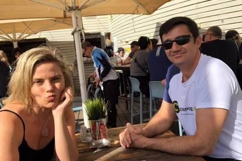 Maria Cândida e o consultor financeiro Mauro Calil durante viagem