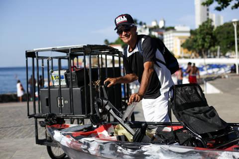 SALVADOR, BA, 04.01.2019: Retrato do Dj Mário dos Santos, conhecido como Dj Maroca, na praia do Porto da Barra. O DJ ganhou repercussão depois que banhistas compartilharam vídeos da festa feita por ele, como uma verdadeira micareta no mar em cima de um caiaque.  (Foto: Raul Spinassé/Folhapress, COTIDIANO) ***EXCLUSIVO FOLHA***