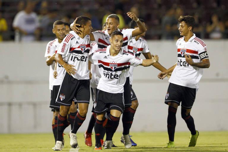 Jogadores do São Paulo comemoram gol contra o Cruzeiro 6cc40df1cfac1