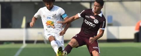 Victor Ferraz, do Santos, disputa lance na estreia do Campeonato Paulista