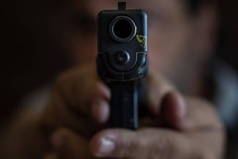 SÃO PAULO, SP, BRASIL, 16-01-2019: Retrato do comerciante Jorge Riachi (NÃO QUIS SE IDENTIFICAR COM A ARMA), que teve duas armas roubadas em sua loja de eletrônicos, na Santa Efigênia. Ele ainda tem uma glock na gaveta. É a favor das mudanças promovidas por Bolsonaro para ampliar o acesso a armas. Folha faz matéria sobre armas roubadas de pessoas comuns. São mais de 11 mil nos últimos 5 anos no estado de SP. (Foto: Eduardo Anizelli/ Folhapress, COTIDIANO) ***EXCLUSIVO***