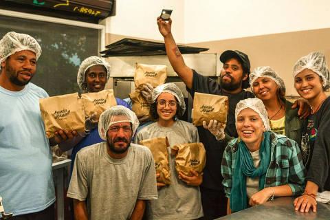O clube de pães Amada Massa surgiu em março deste ano em Porto Alegre, e já tem cerca de 120 assinantes. Além de receberem toda a semana dois pães caseiros quentinhos, os assinantes estão ajudando a capacitar e a gerar renda para moradores de rua, Credito Cadu Carvalho