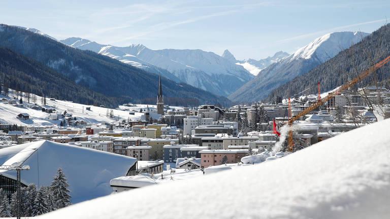 cidade nevada rodeada por montanhas