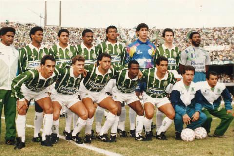 SÃO PAULO, SP, BRASIL, 12-06-1993: Futebol: jogadores da equipe do Palmeiras, posam para foto antes do jogo contra a equipe do Corinthians, em jogo válido pela final do Campeonato Paulista de 1993, no Estádio do Morumbi, em São Paulo (SP). A equipe do Palmeiras venceu o jogo por 4 a 0. (Foto: Folhapress)