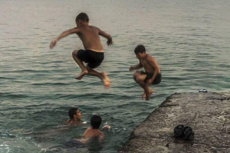 Um grupo de garotos na região do Mar Negro: a primeira impressão que um visitante de primeira viagem teria do território separatista da Abecásia seria provavelmente de normalidade