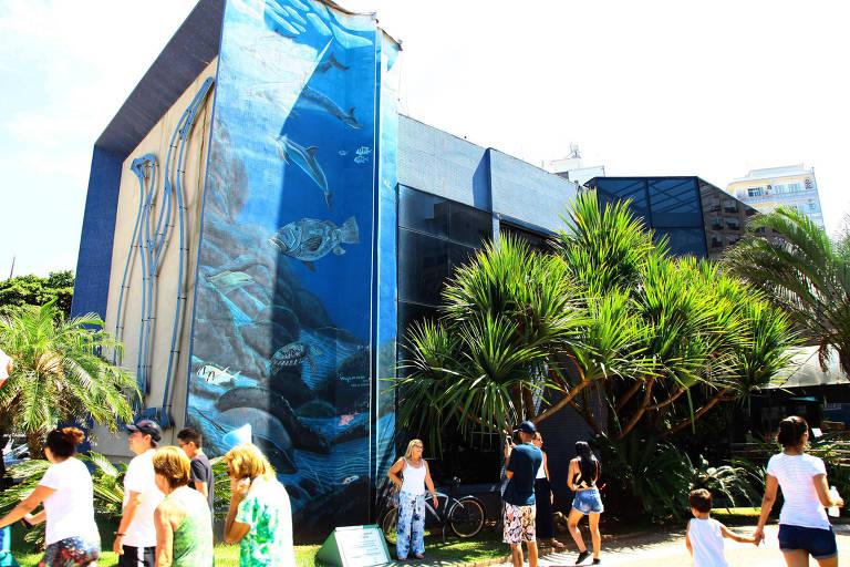 Painel feito pelo norte-americano Robert Wyland é restaurado no Aquário Municipal de Santos