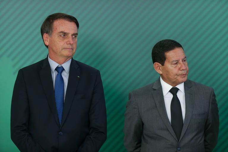 O presidente Jair Bolsonaro e o vice-presidente Hamilton Mourão durante cerimônia de assinatura de MP (Medida Provisória) destinada a fazer um pente fino em busca de fraudes no INSS