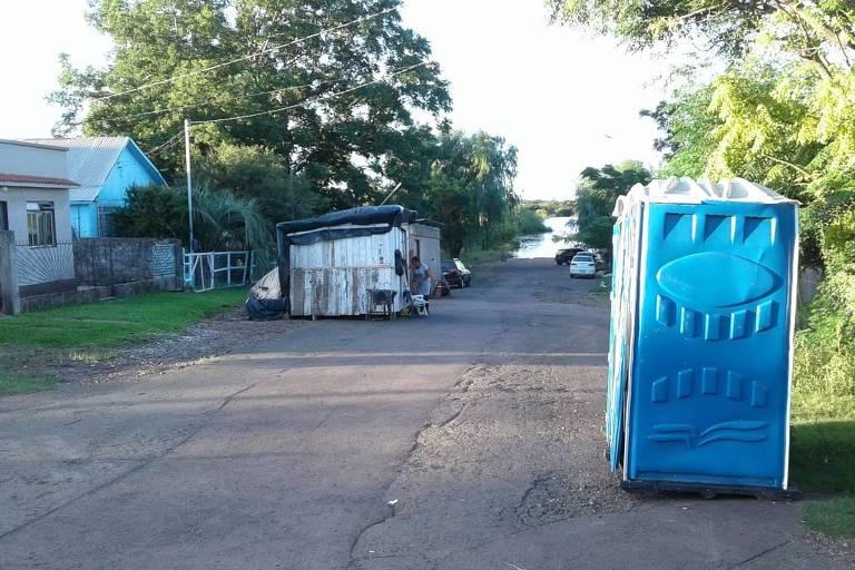 Casa de madeira removida pela prefeitura de Uruguaiana para local seguro
