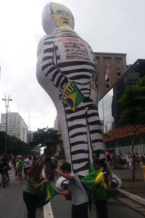 Movimentos de direita realizam manifestação contra Renan Calheiros na presidência do Senado neste domingo (20), na avenida Paulista. Apoiadores de Bolsonaro não mencionaram suspeitas sobre o filho Flávio