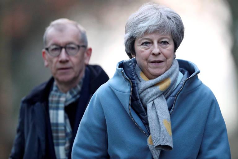 Theresa May e seu marido, Philip, deixam igreja em High Wycombe, Reino Unido