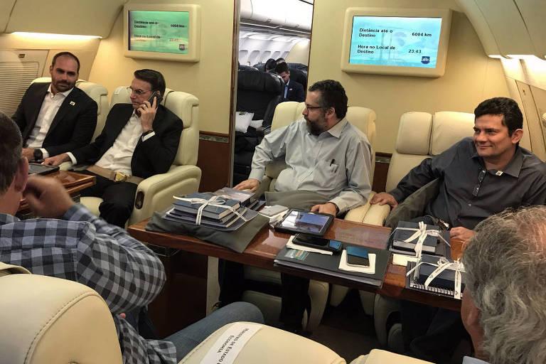 Da esq. para a dir. o deputado federal Eduardo Bolsonaro, o presidente Jair Bolsonaro, o chanceler Ernesto Araújo e o ministro da Justiça, Sergio Moro, durante viagem a Davos