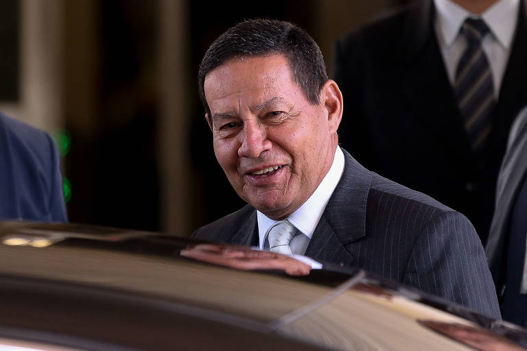 O presidente da República interino, general Mourão, deixa o seu gabinete no anexo do Palácio do Planalto