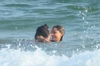 *EXCLUSIVO* Sasha Beija muito seu namorado  Bruno Montaleone na praia da Barra da Tijuca.