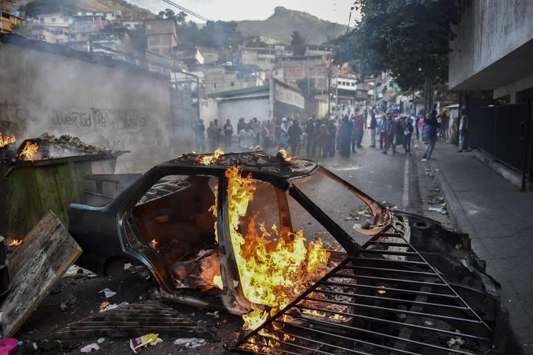 Manifestantes protestam em frente ao quartel de Cotiza, onde militares se rebelaram contra o governo Maduro
