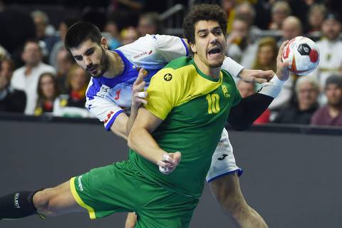 Brazil's Jose Toledo (front) and Spain's Raul Entrerrios Rodriguez vie for the ball during the IHF Men's World Championship 2019 Group I handball match between Spain and Brazil at the Lanxess arena in Cologne, on January 21, 2019. (Photo by Patrik STOLLARZ / AFP)