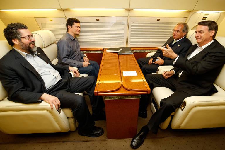 O presidente Jair Bolsonaro no 'AeroLula' com os ministros Paulo Guedes, Sergio Moro e Ernesto Araújo durante viagem à Suíça